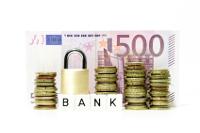 """Euroscheine und -münzen hinter Schild mit Aufschrift """"Bank"""""""