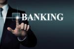 Männerhand tippt auf Banking