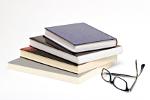 Buchstapel und Lesebrille