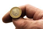 Hand mit einer Ein-Euro-Münze